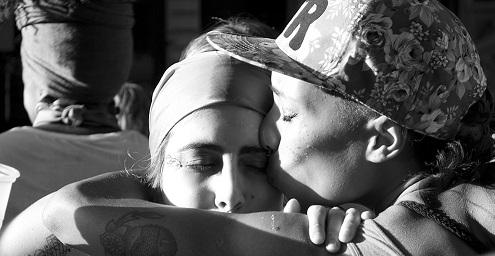 Dos mujeres abrazandose en compañerismo
