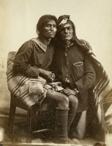 """Personas """"Dos espíritus"""" cuya creencia de los nativos américanos es que la tendencia de estas personas por tener interés por cuestiones tanto femeninas como masculinas, era debida a que su cuerpo albergaba dos espíritus, uno femenino y otro masculino."""